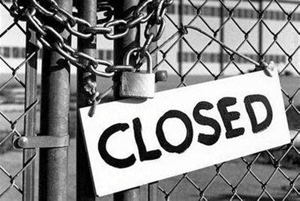 puerta cerrada con candado por cierre de la empresa